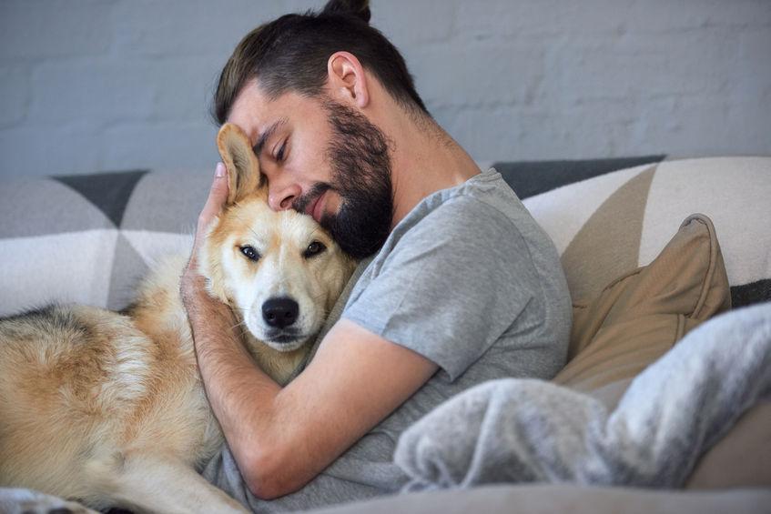 hombre abrazando a un perro